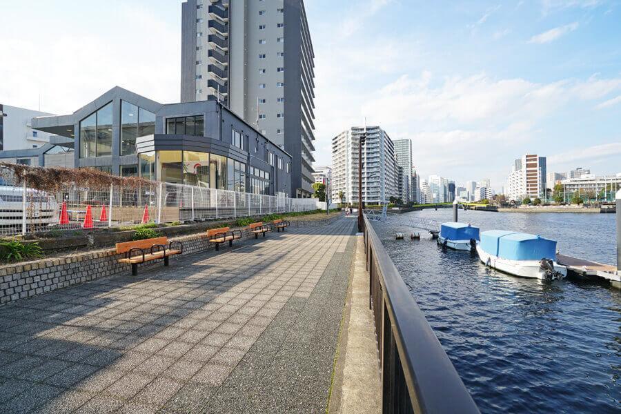 写真左側が建物。運河沿いは遊歩道になっていて、ベンチもあります