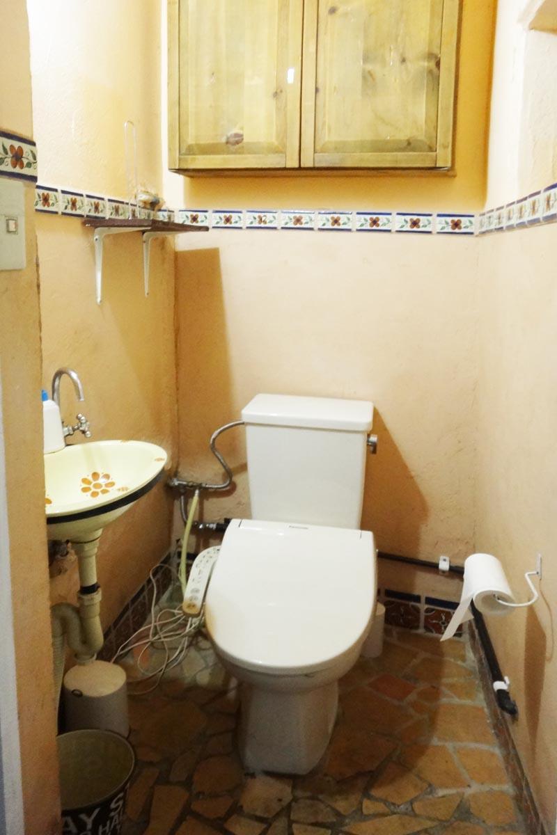 トイレは陶器の手洗い・収納が付いています