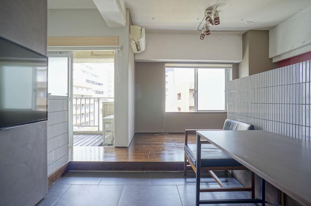 まず1段上がると、窓際部分のフロア。キッチンやバルコニーにつながります