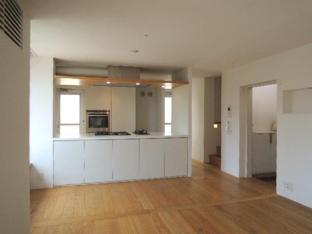 右が玄関。キッチン&リビングが部屋全体の7割に。