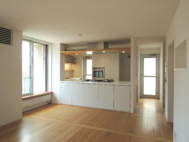 キッチン奥のガラスドア2つはバルコニーの出入口。