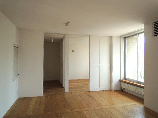 リビングの奥は右側が寝室、左側がクローゼット。