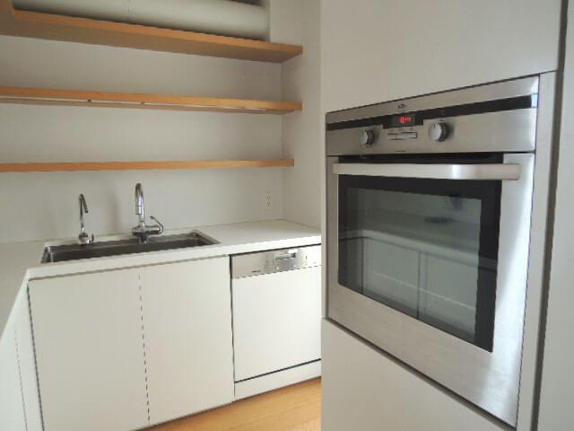 シンクの上には棚が充実。オーブンもきれいに収まっています。