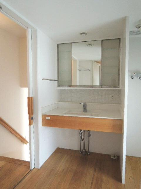 バストイレ洗面はリビングから数段上がった場所にひとまとめに。