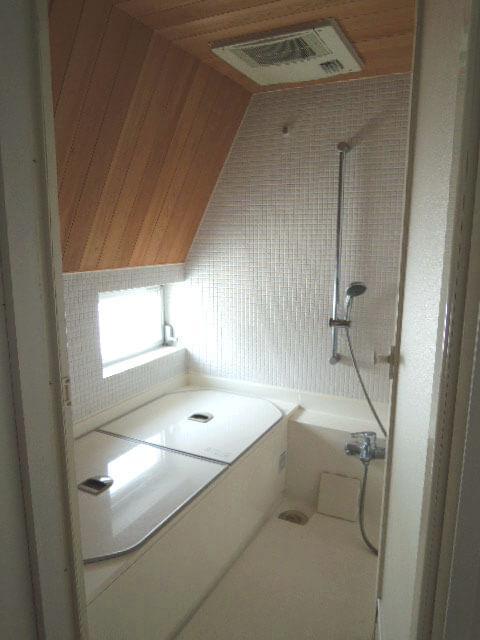板張りとモザイクタイルが美しいバスルーム。日中の入浴が気持ちよさそう!