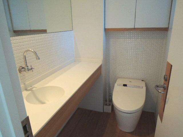 収納や手洗いなど隅々まで使いやすそうなトイレ。