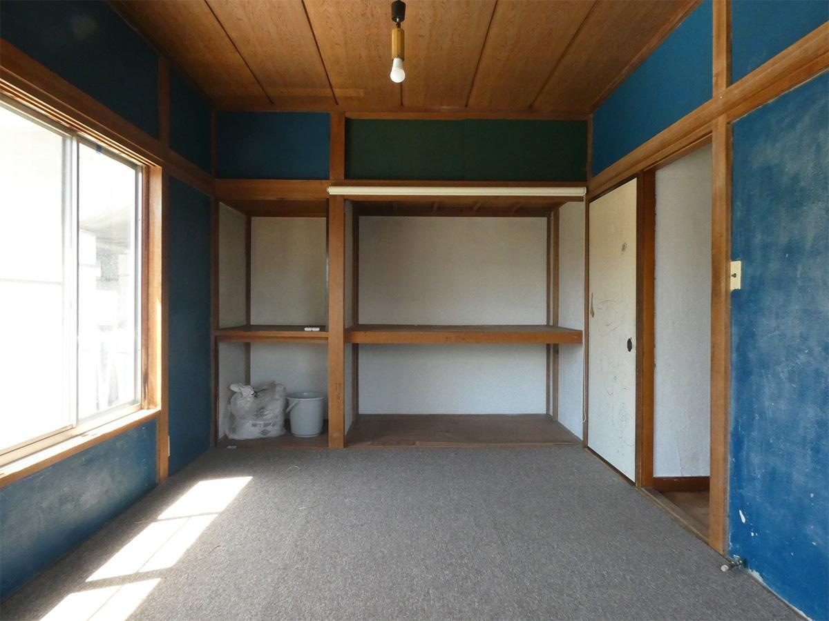 青い壁が特徴の和室、収納力もあります