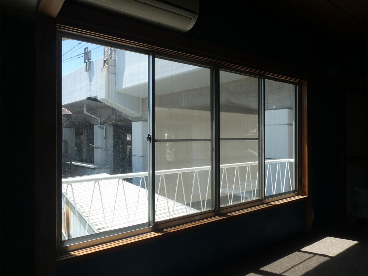 西側の窓からは高架が見えます