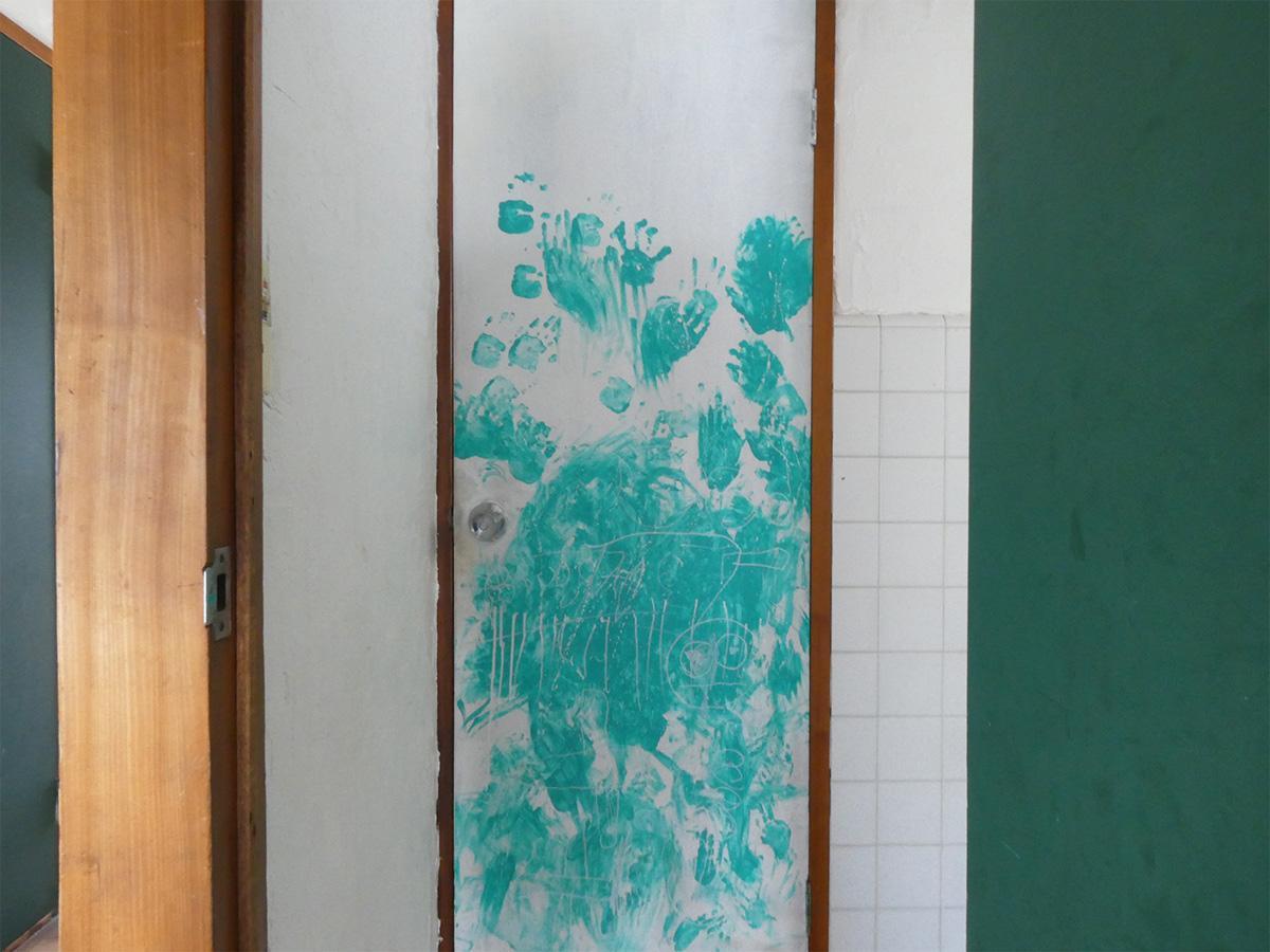 トイレのドアです。最初見たときゾッとしました