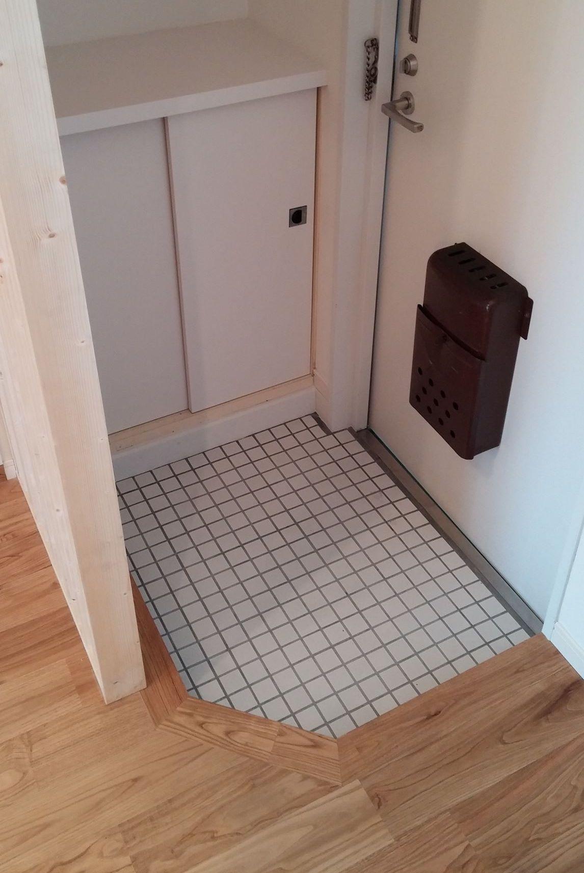 玄関には小さめの靴箱があります