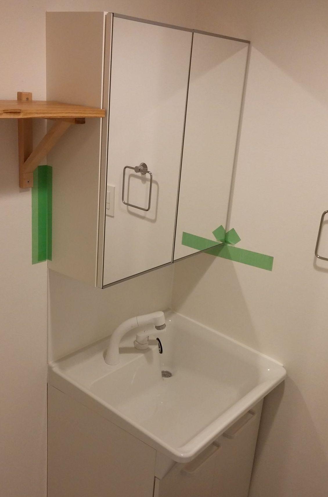 洗面は鏡付きの収納があります