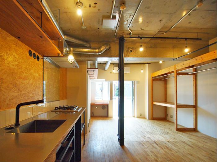 OSB合板の壁やコンクリートむき出しの天井の武骨な空間