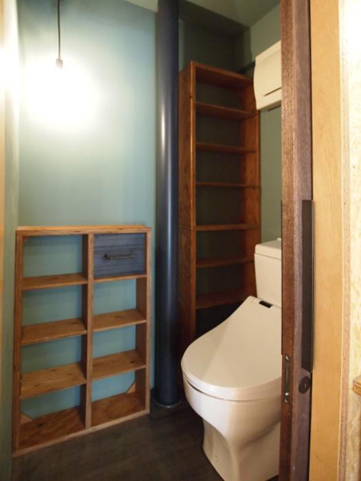 トイレ。造作の棚にはオリジナルのトイレットペーパーホルダーが