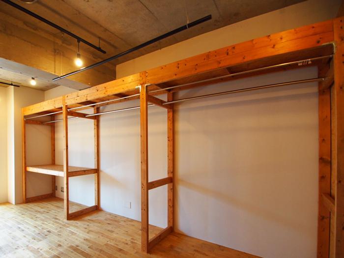 大容量の収納棚。カーテンで隠して使えるような仕様になっている。フレームの下にソファを収めてもいい