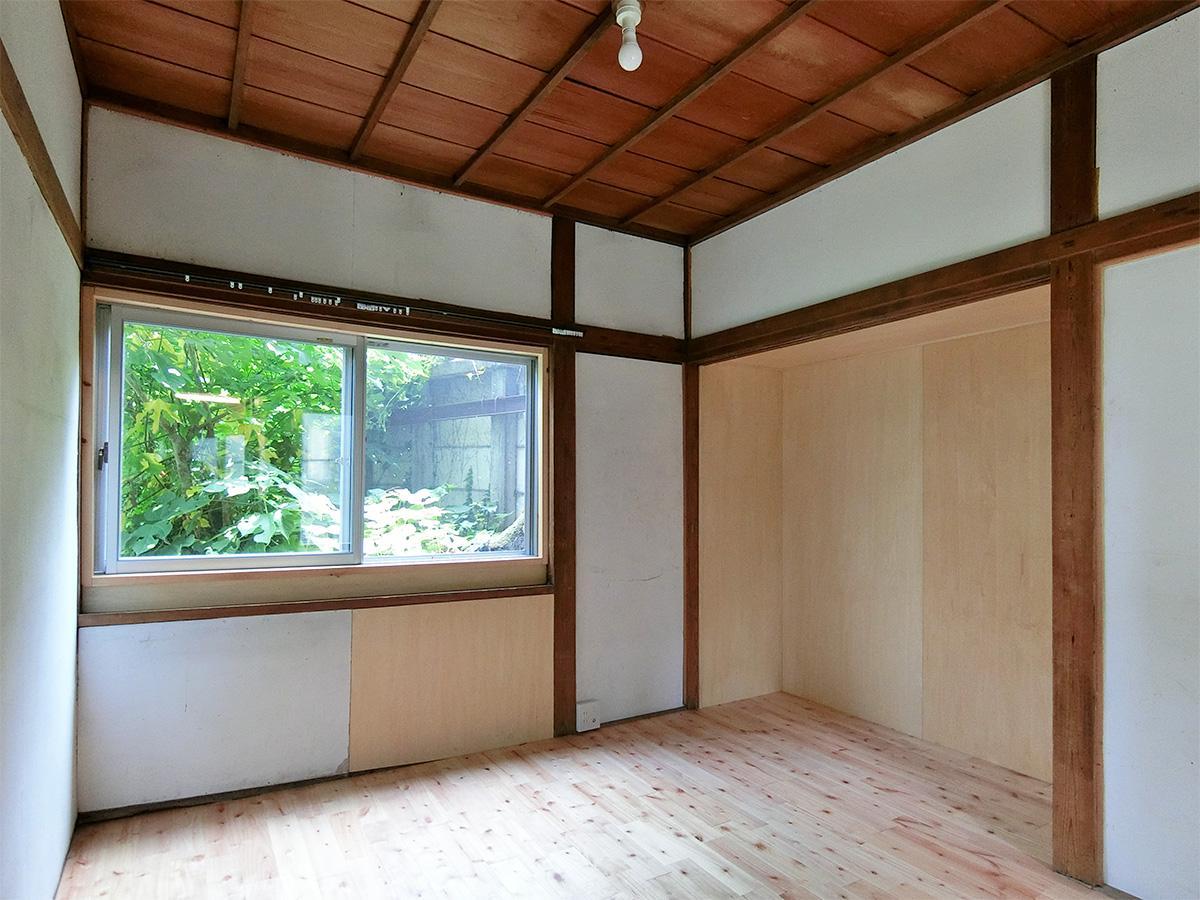 洋室4:隣の敷地の緑が見える。収納の襖がないため、DIYで机や棚をつくるのも良さそう
