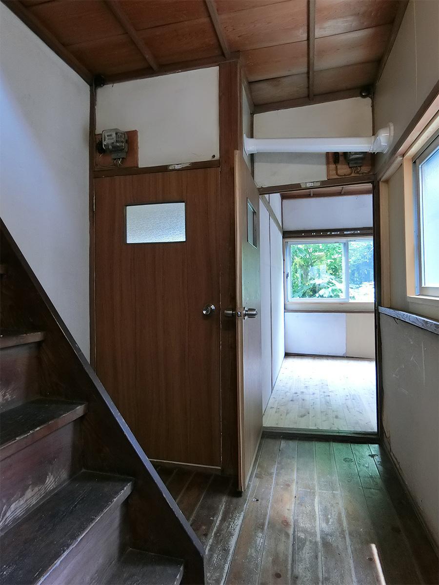 右の部屋が洋室4。左手の階段は急勾配です