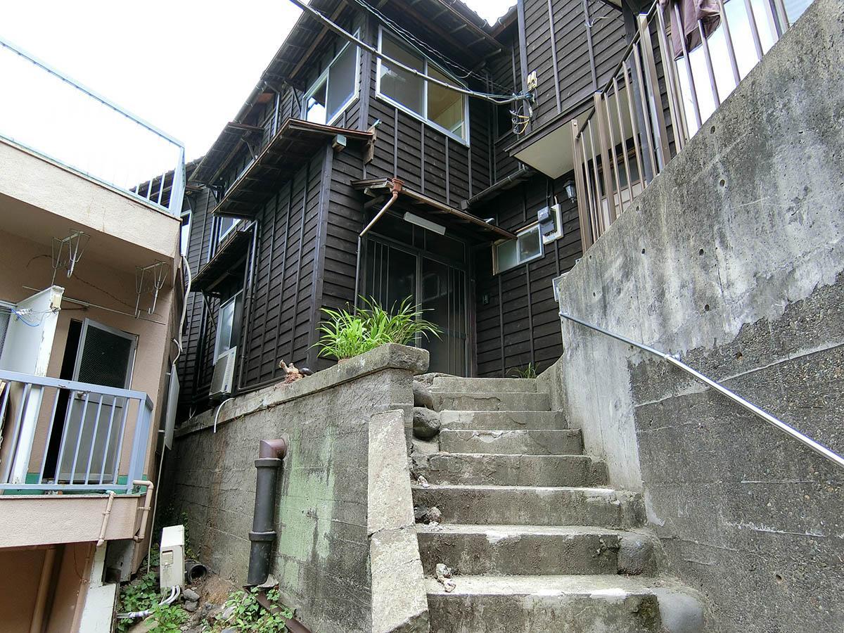 階段を上がって、左側の玄関から入ります(右側はオーナー住戸)