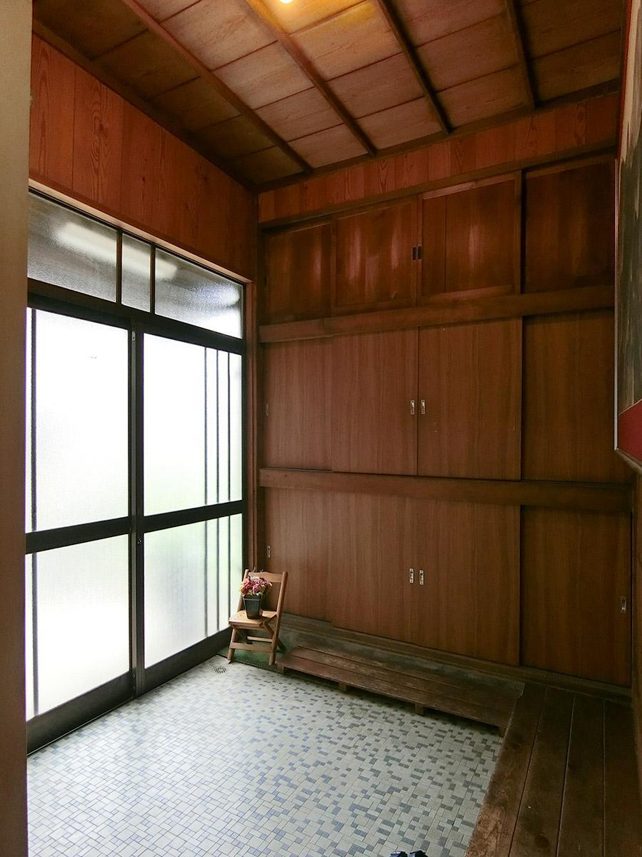 玄関:正面が靴箱。部屋ごとに棚が割り振られています