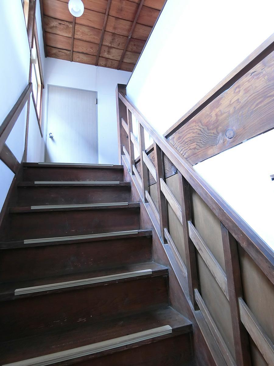 玄関の隣にある階段