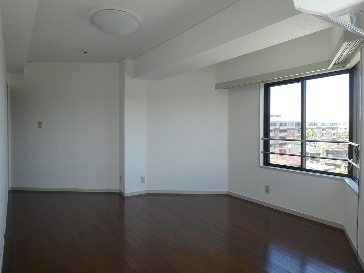 9畳の洋室。2面採光でとても明るい