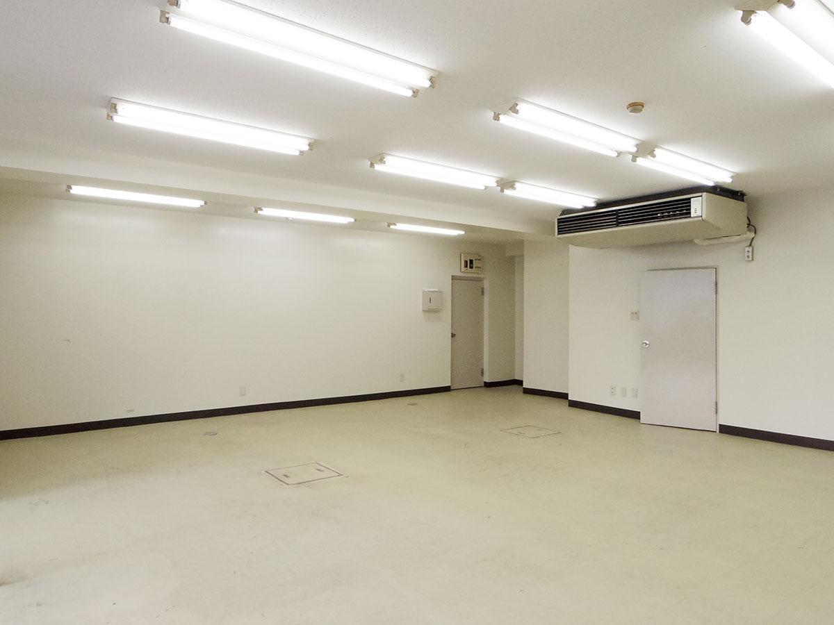 入り口側から見た室内。右側の扉の奥には給湯室&トイレ、左側の扉は共用部