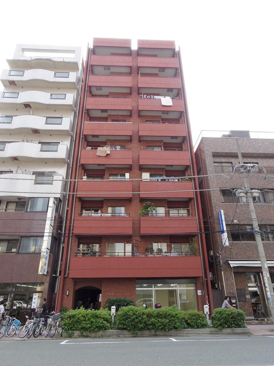 新堀通りに立つ、赤茶色のレトロマンション