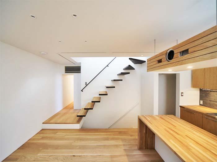 踏み板が宙を浮くようなデザインの階段(写真は竣工時のもの。写真:安川千秋)