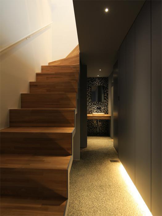 あえて光を絞った1階部分。上からの光を美しく感じられる(写真は竣工時のもの。写真:安川千秋)