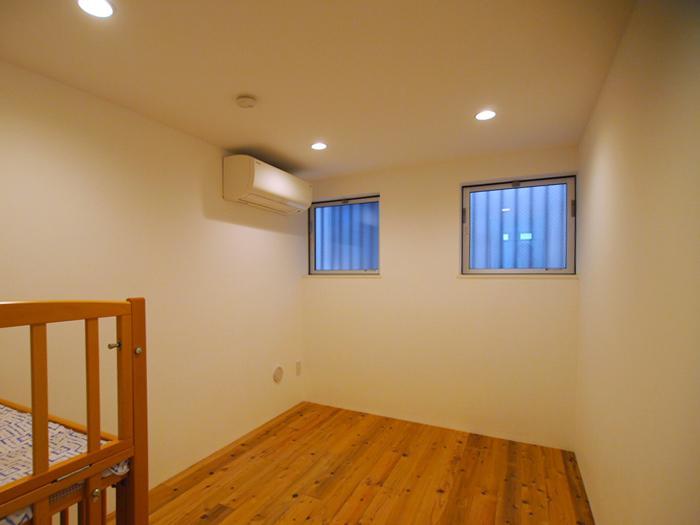 脱衣所の奥にシンプルな個室