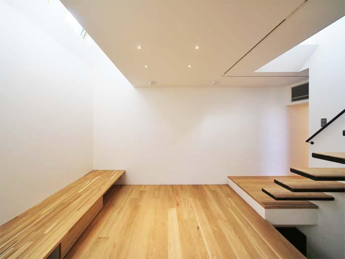 1階リビング。あえて窓をつくらず、上からの光を取り込む(写真は竣工時のもの。写真:安川千秋)