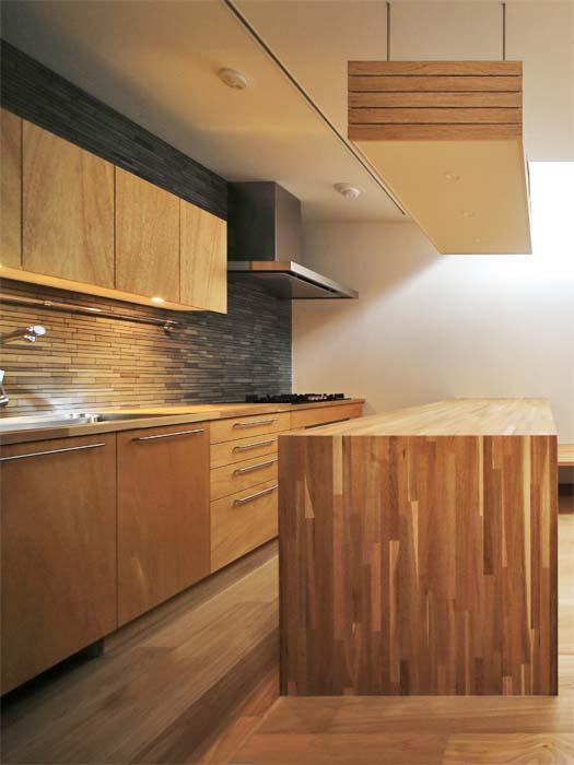 木でつくられたキッチンから温かみが感じられる(写真は竣工時のもの。写真:安川千秋)