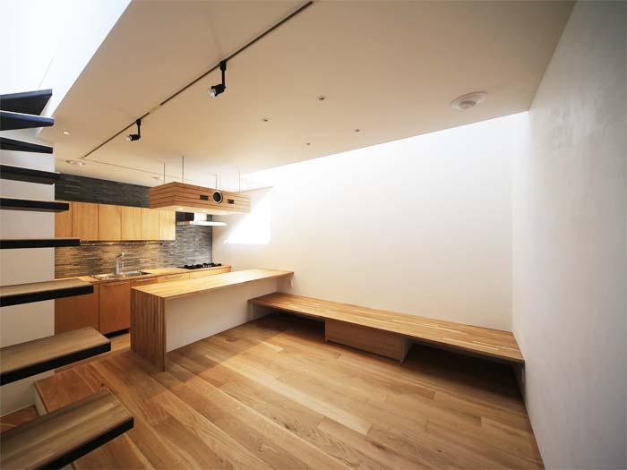 コンパクトなリビングなので、ソファやテーブルは置かないのがよさそう(写真は竣工時のもの。写真:安川千秋)