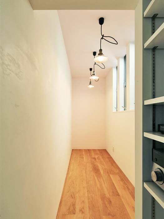 リビングの奥に細長い書斎スペース(写真は竣工時のもの。写真:安川千秋)