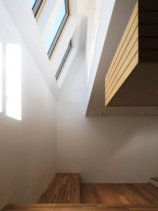 ベンチの上に天窓と吹き抜け(写真は竣工時のもの。写真:安川千秋)