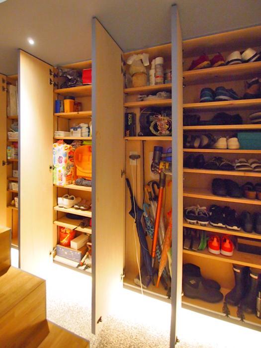 1階の廊下部分に棚がつくられ、靴や小物が収納できる