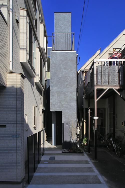 旗竿状になった土地を生かした、まるで塔のような家(写真は竣工時のもの。写真:安川千秋)