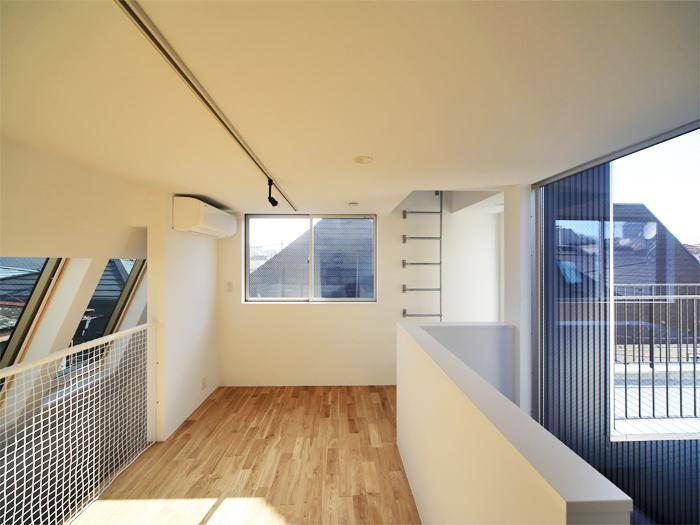 3階は窓がいっぱい(写真は竣工時のもの。写真:安川千秋)