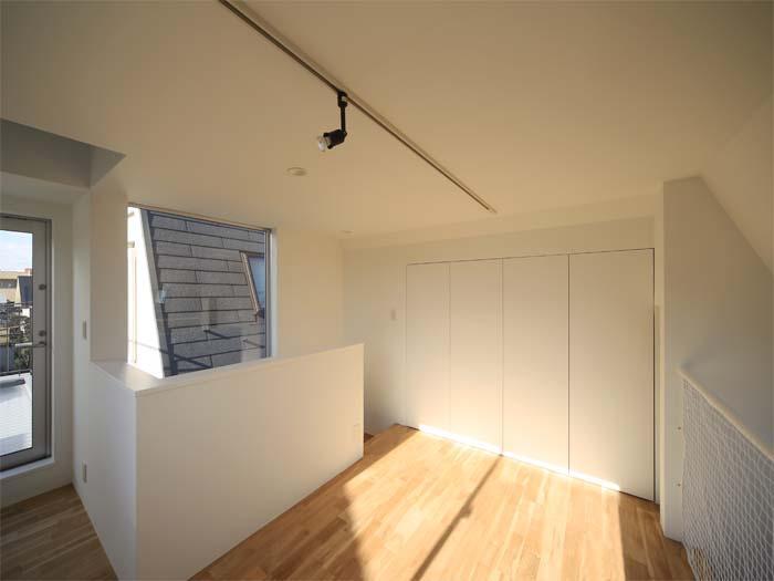 3階は窓がいっぱいで直射日光がたっぷり入る(写真は竣工時のもの。写真:安川千秋)