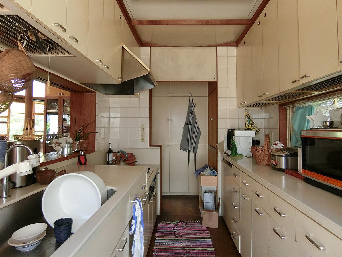 勝手口からキッチン方向。正面の右側の扉内に洗濯機置き場がある
