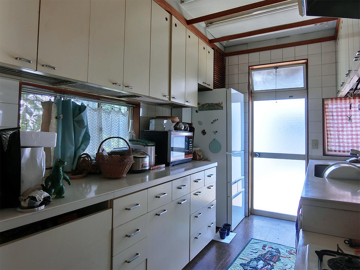 キッチン扉の建てつけは調整が必要