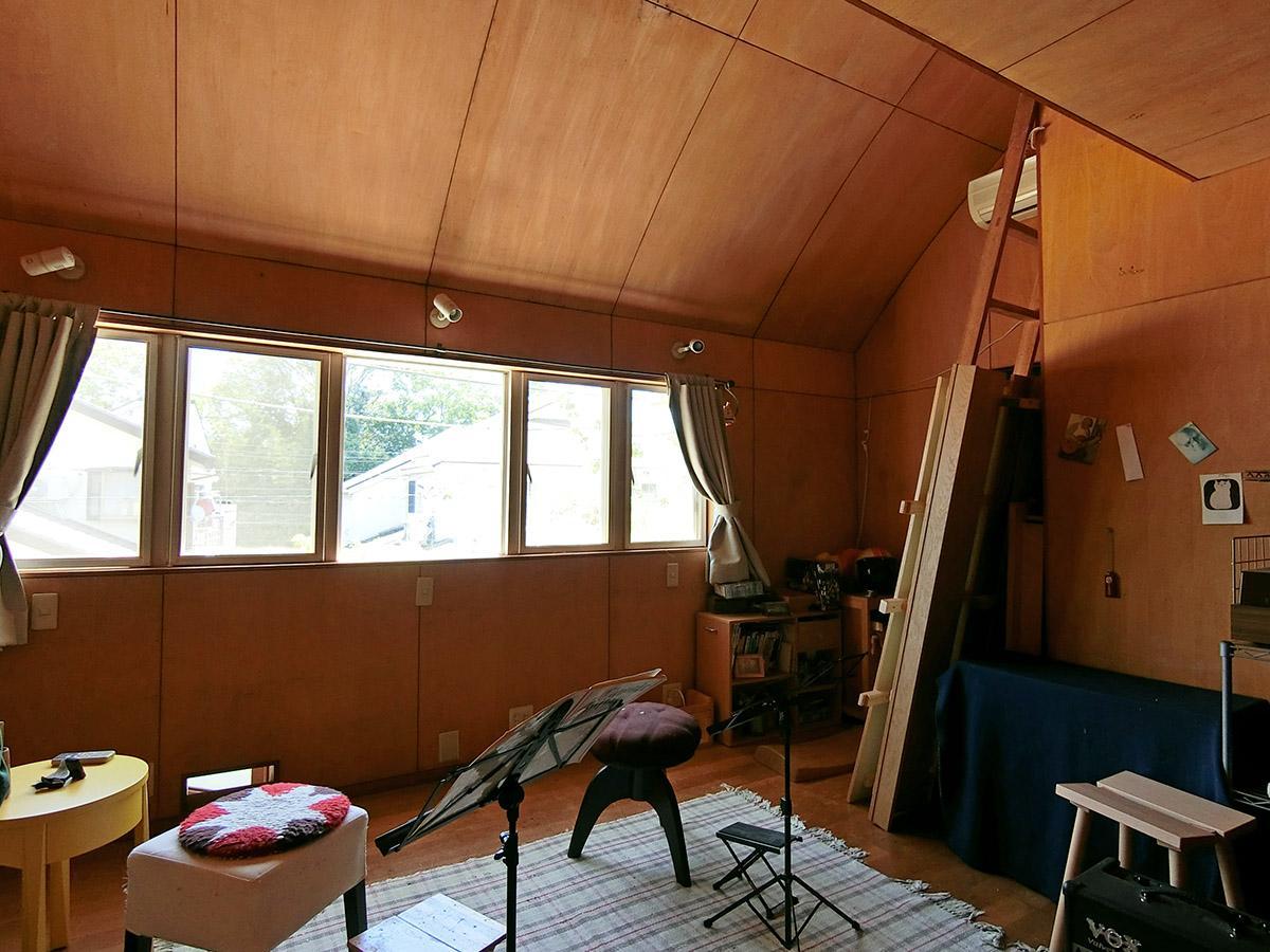 2階、階段側の洋室:子ども部屋や楽器練習室として使っている