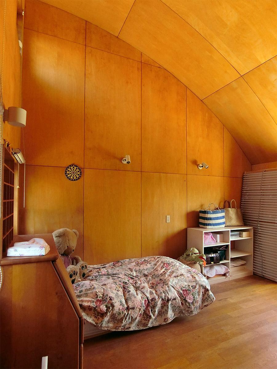 2階 主寝室:天井は最も高い箇所で約4m