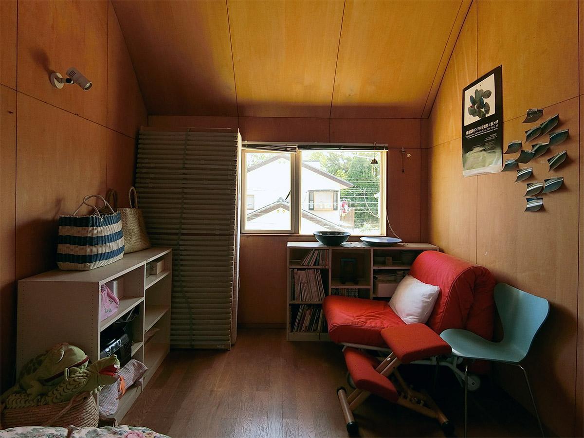2階 主寝室:窓方向