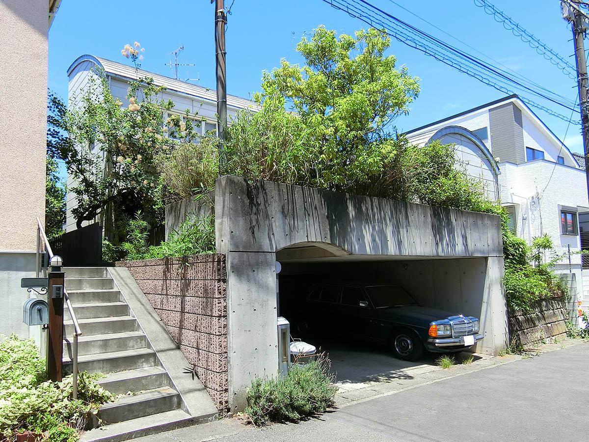 外観。駐車場は2台分ある(高さ1.8m)