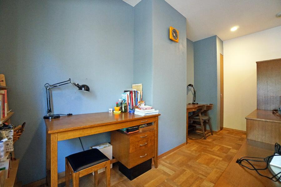 LDKの奥はお子さんの勉強スペース。壁の凹凸をうまく利用してます