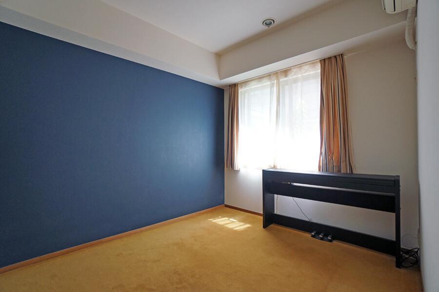 寝室。床はカーペット。からし色が個人的に好き