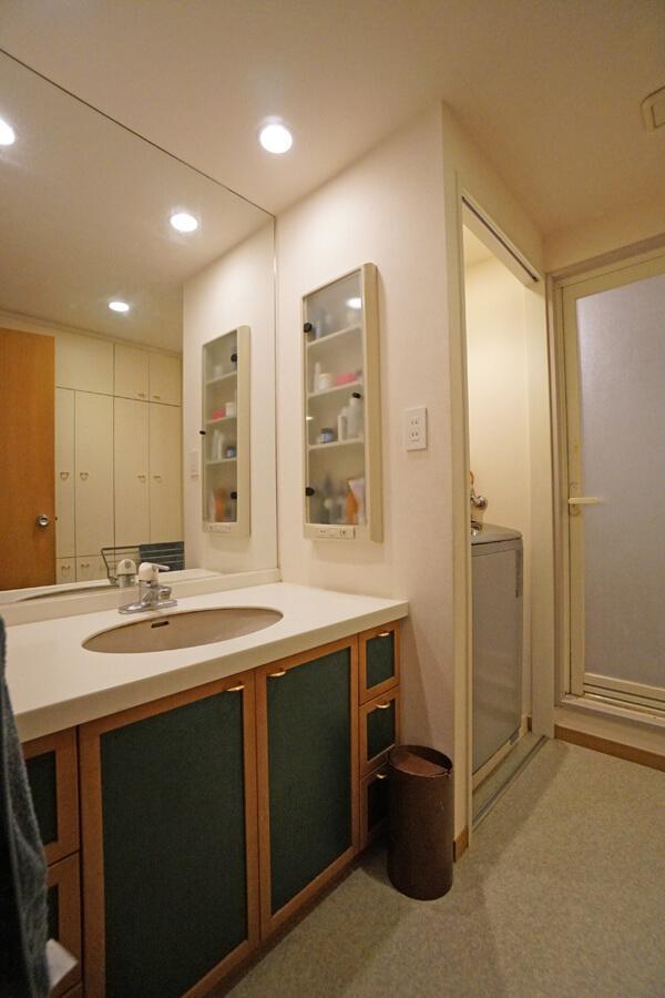 手を加えていない洗面室。扉を変えるだけでも良くなりそう