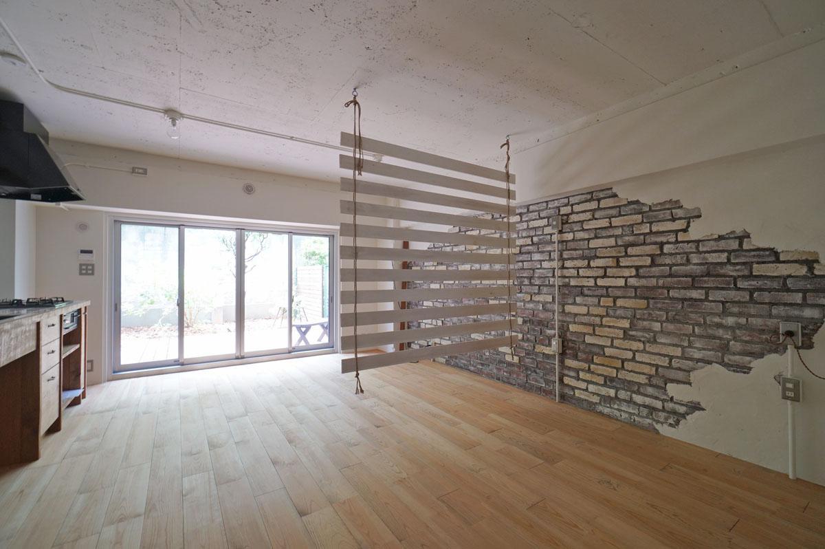 ワンルーム空間を古材が緩やかに仕切ります
