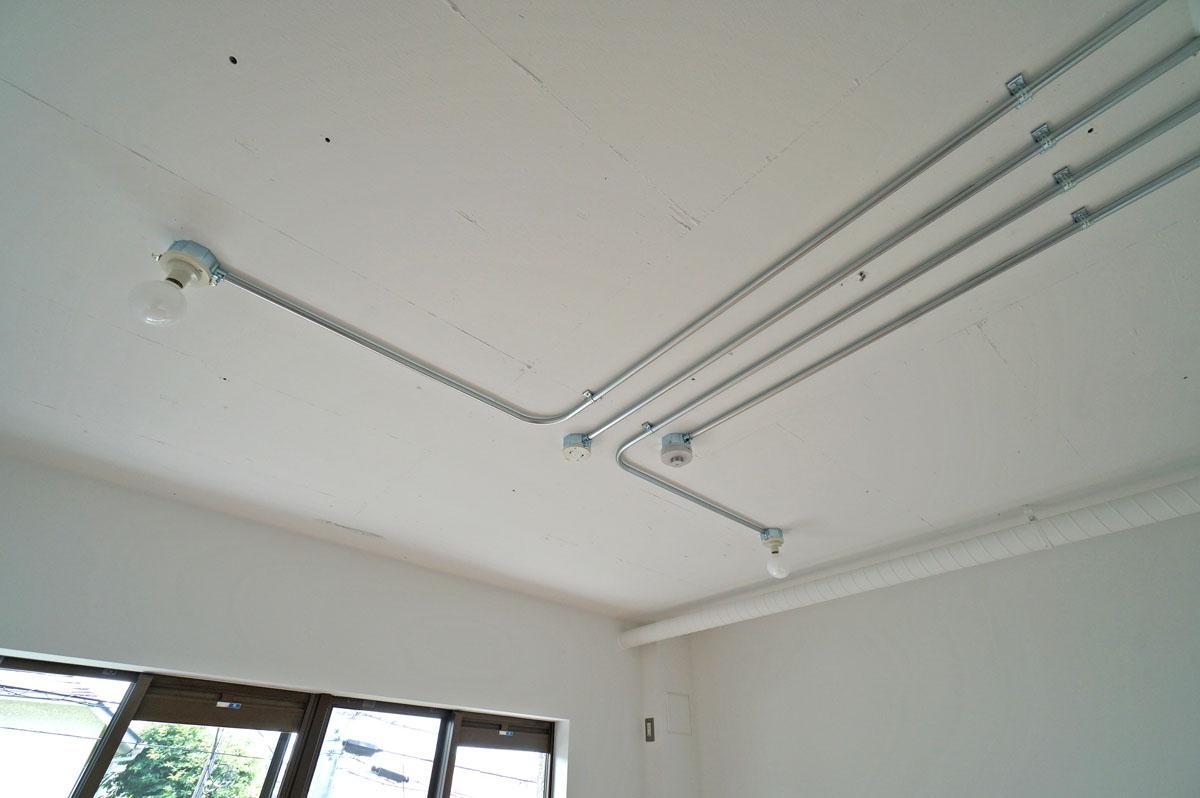 天井を這う鋼製配管