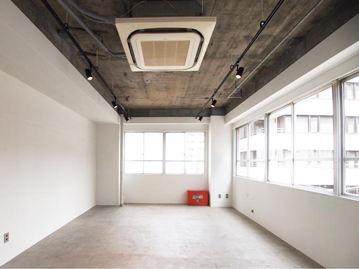 白い壁にコンクリートの床壁のシンプルな空間
